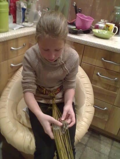 Внучка Маша ткёт поясок на дощечках