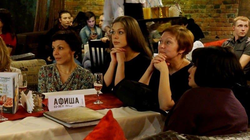 В центре жена и дочь Дмитрия Новикова