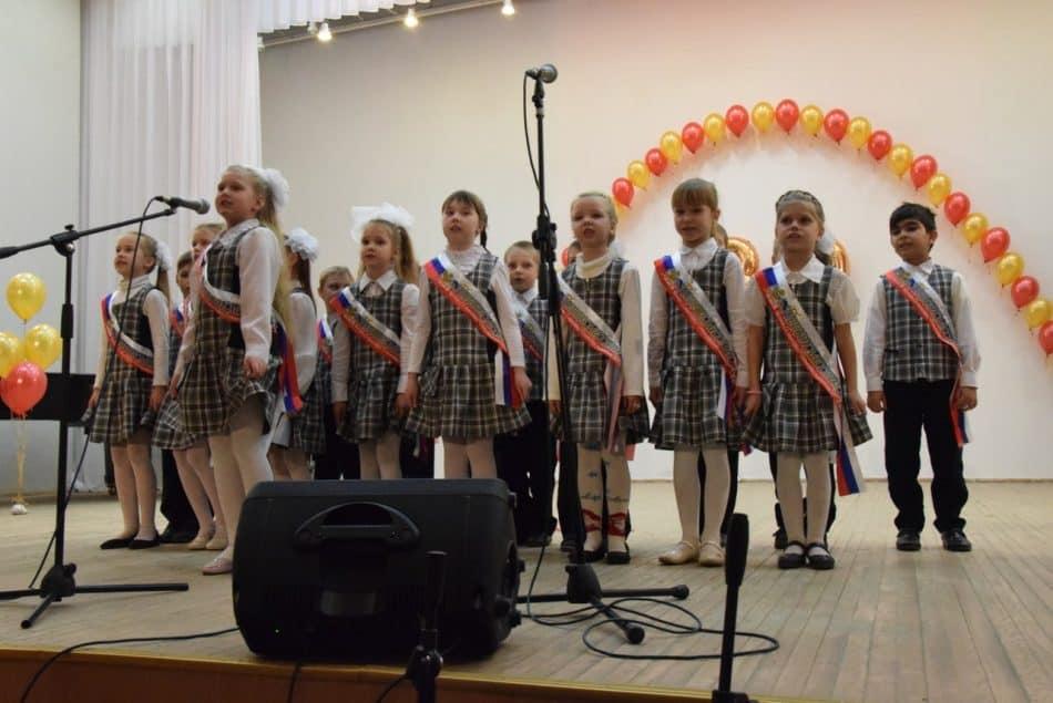 Школа показала на вечере музыкально-театральную композицию