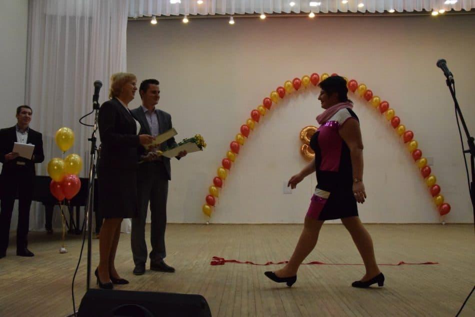 Замминистра образования Карелии Наталья Волкова наградила преподавателей школы почетными грамотами и благодарственными письмами