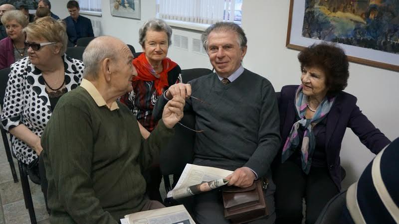 """Врач Адольф Островский (в центре) и сам публикуется в """"Лицее"""", и знакомит нас с интересными новыми авторами"""