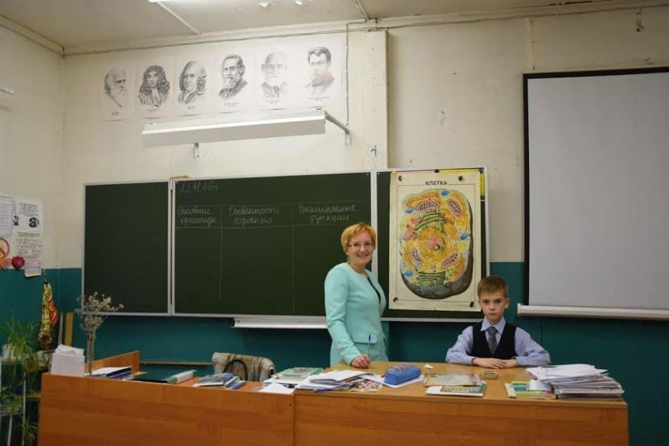 Эльвира Ниеминен и ее сын, третьеклассник Герман в кабинете биологии