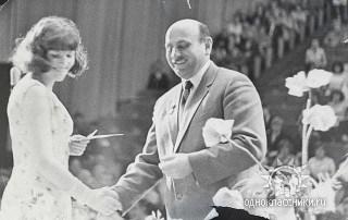 Исаак Фрадков вручает аттестат зрелости выпускнице Елене Акимовой (Алатало)