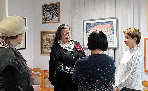Беседа с гостями вернисажа. Нелли Григорьева в центре