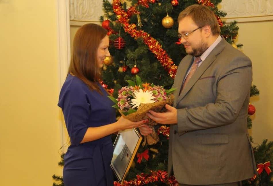 Министр культуры Карелии Алексей Лесонен вручает стипендию Марии Казаковой