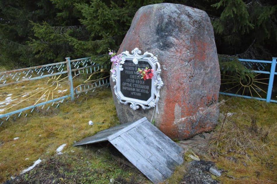 На могиле писателя Ортье Степанова