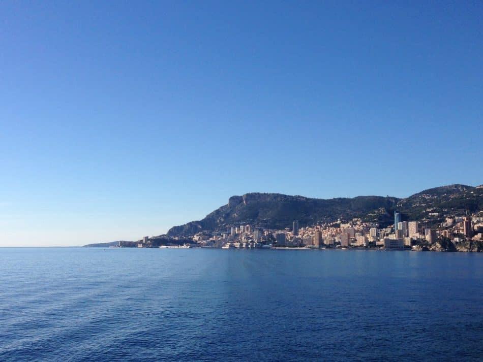 Вид на Монако с полуострова Кап-Мартен. Фото Александры Озолиной