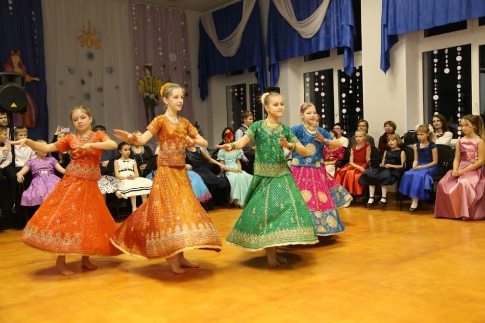 Заглянули на бал гости из далёкой Индии и исполнили свои зажигательные танцы.