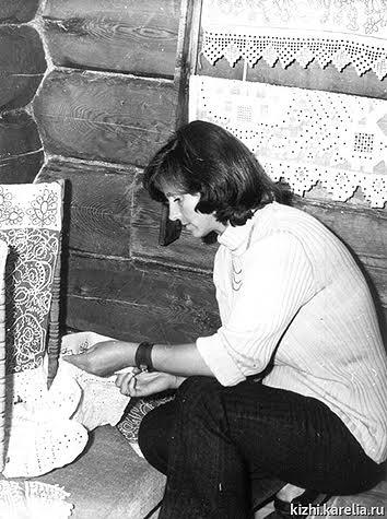 Молодой сотрудник музея Виола Гущина на монтаже выставки в доме Сергина