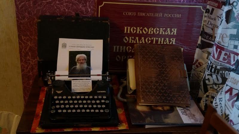 Эту старинную пишущую машинку подарил в музей поэт из деревни Савкино Григорий Андронов
