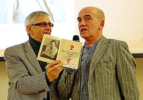 Один из составителей сборника Юрий Шлейкин (слева) и поэт Дмитрий Свинцов со сборником стихов Р. Рождественского с автографом автора