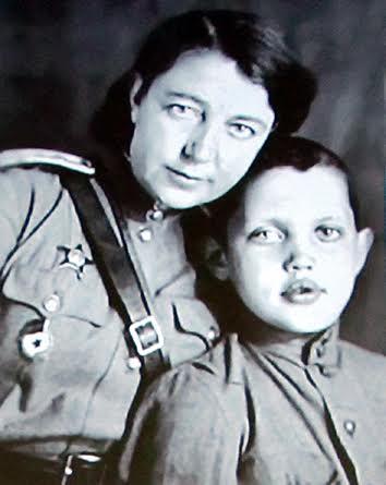 Роберт Рождественский с мамой Верой Павловной в годы войны