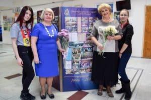 Валентина Маркова (справа) и Елена Рыбалова со слушателями отделения журналистики школы