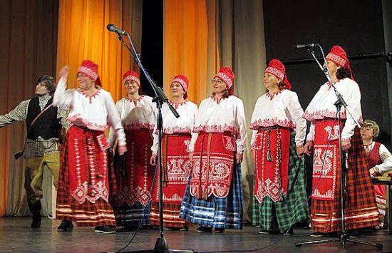 В финальной части концерта исполнители вышли в новых сценических костюмах