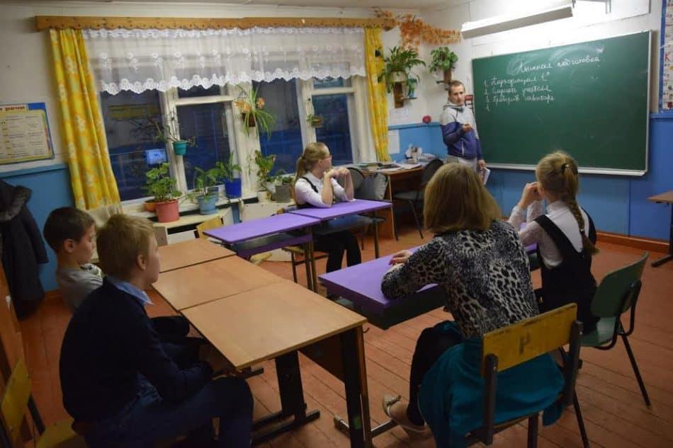 Владимир Паппинен на уроке физкультуры готовит к ходьбе на лыжах