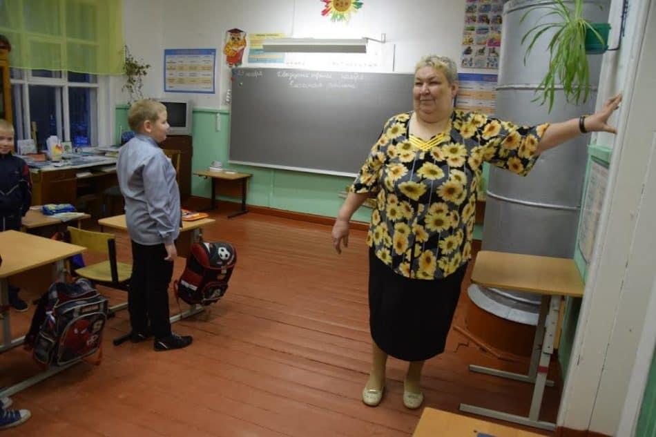 Татьяна Александровна Лесонен подает звонок на урок