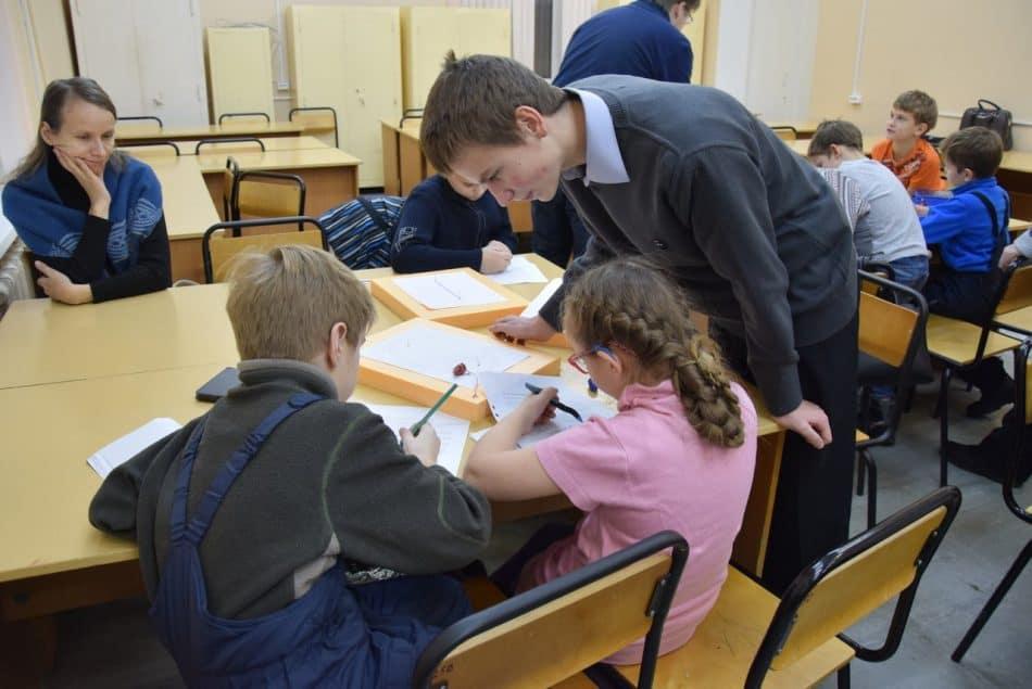 Старшеклассник Кирилл Иванов помогает вести занятия с учениками 3-4 классов