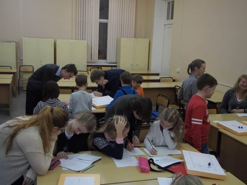 "Тема занятия у 5-6-классников - ""Прогулки математика с козой, или Геометрические места точек на плоскости"""