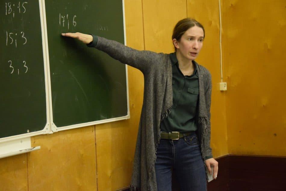 Елена Викторовна Кашуба начинает занятие для учеников 7-8 классов