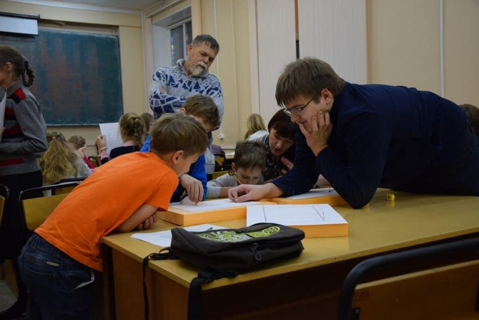 Григорий Ширпаков тоже помогает преподавателям. Недавно он и Кирилл Иванов стали победителями международной математической олимпиады «Турнир городов»
