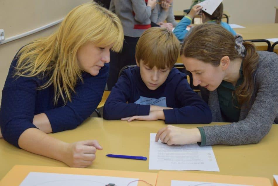 Кандидат физико-математических наук Елена Викторовна Кашуба (справа) объясняет задачу