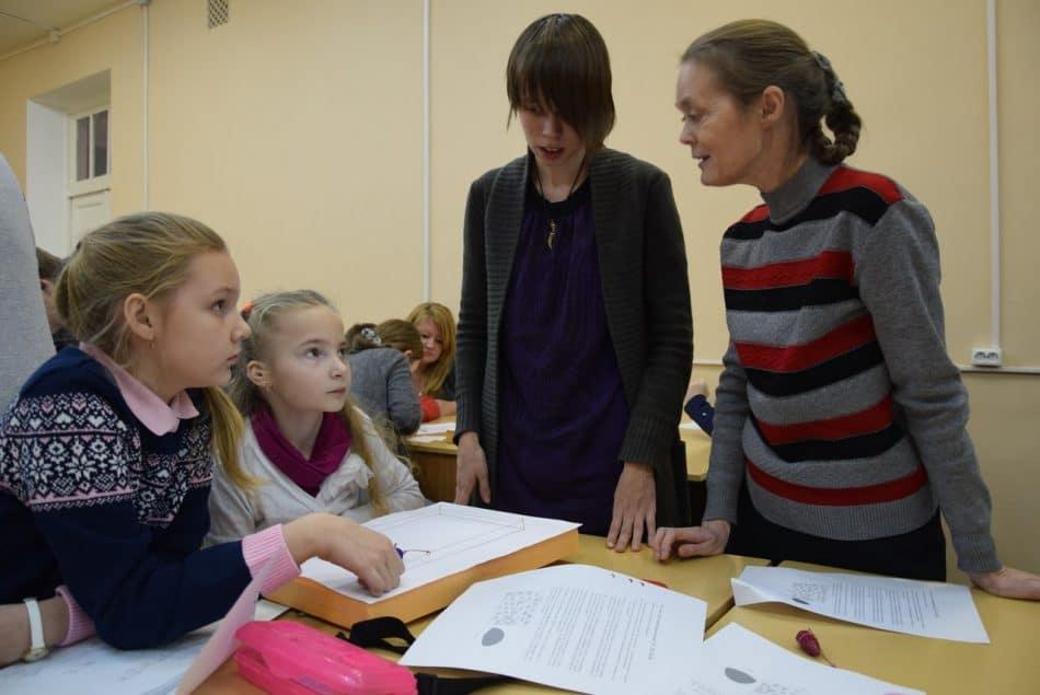 Стоит слева — Анастасия Еннэ, главный помощник преподавателей, бывший кружковец, ныне студентка четвертого курса. Стоит справа - заглянувшая на огонек Елена Евгеньевна Семенова, коллега Елены Кашубы и Елены Белкиной