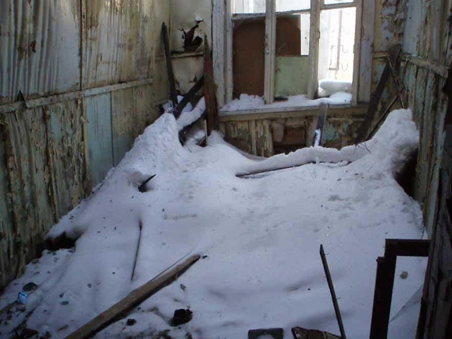 Вместо сгоревшей крыши рачительный хозяин обычно как можно быстрее возводит временную, чтобы уберечь дом от снега и дождей. В данном случае похоже на то, что снос был предопределен изначально. Март 2013 года. Фото от Министерства культуры РК
