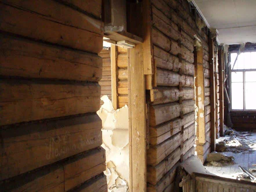Какая замечательная древесина в постройке 1935 года! Только зачем же обдирать со стен гипсокартон? Чтобы лучше горело в случае очередного поджога? Март 2013 года. Фото от Министерства культуры РК