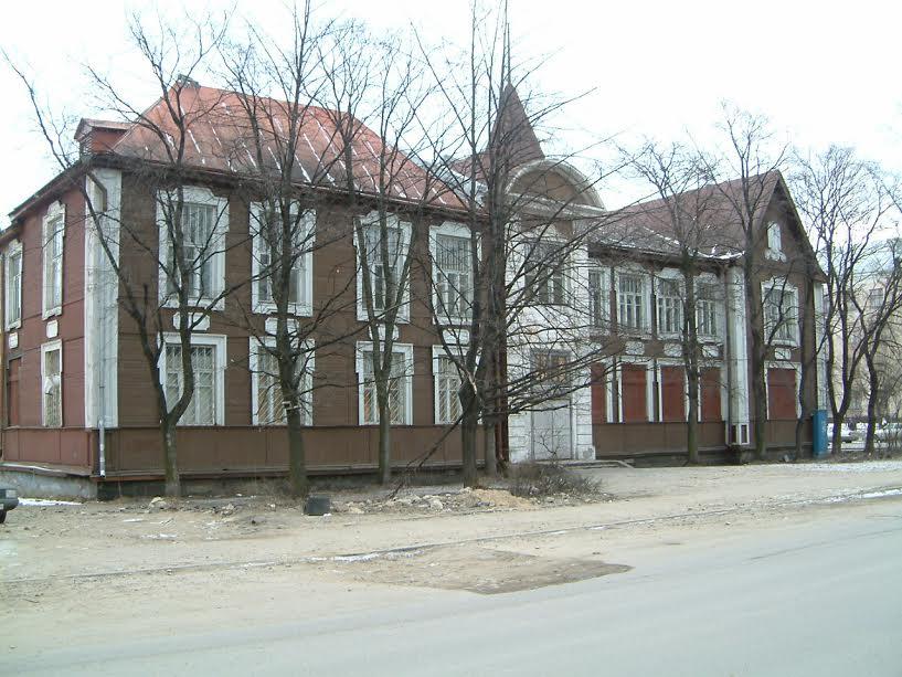 Вот в таком виде поликлиника попала в аренду. Апрель 2005 года. Фото от ООО «ТехПромСтрой»
