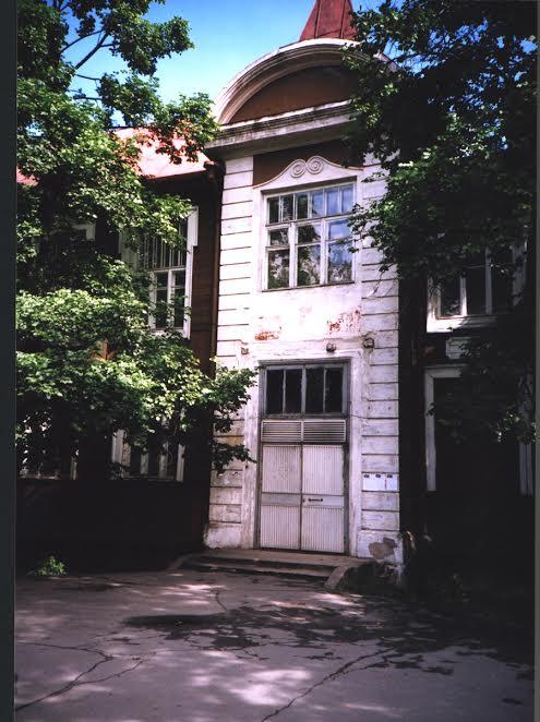 Лишь этому фрагменту памятника архитектуры даровано право на дальнейшую жизнь. 2004 год. Фото Елены Ициксон
