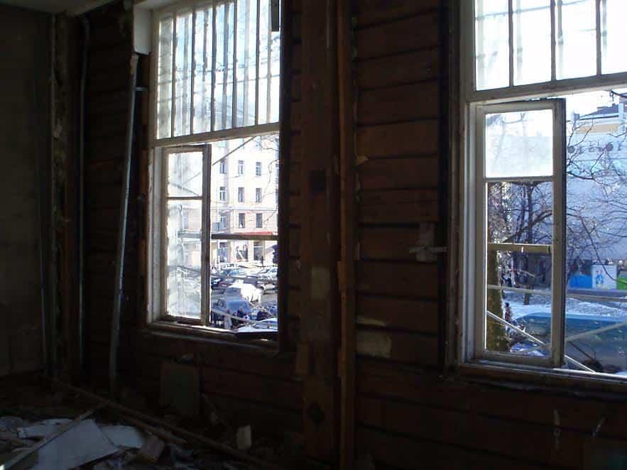 И окна нараспашку, и стекла выбиты... Чтобы быстрее сгнило? Март 2013 года. Фото от Министерства культуры РК
