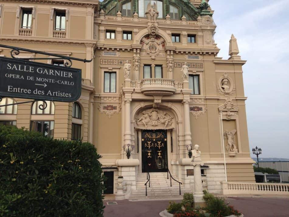 """Служебный вход в Зал Гарнье с бюстом Жюля Массне. С 20 по 27 января 2017 года на сцене идёт его опера """"Манон"""""""