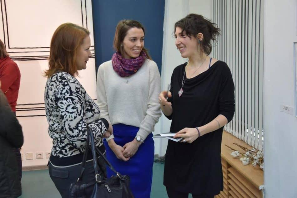 Элисон (справа) через переводчика общается с российскими посетителями