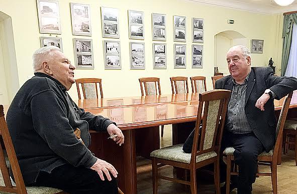 Эдуард Андреев (слева) и директор Национального музея Михаил Гольденберг на выставке. Фото пресс-службы НМ РК