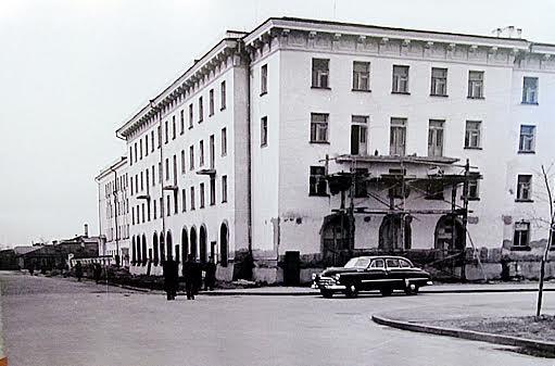 Строительство дома на углу улиц Кирова и Малой Подгорной (ул. Титова). 1955 год. Фото Е. Блейхмана