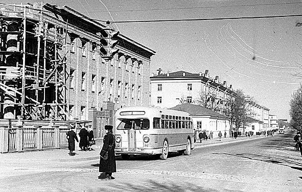 Строительство здания Министерства лесной промышленности на углу улиц Карла Маркса и Комсомольской (Андропова). 1953 год. Фото Е. Блейхмана