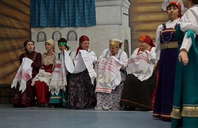 Девичник начинался с рукоделия. Невеста с подругами дошивали приданое и готовили дары