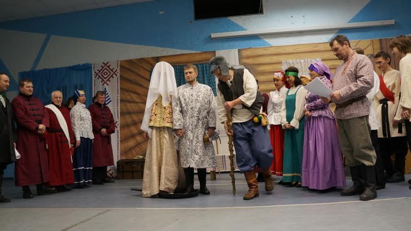 Голова невесты покрыта шелковой фатой от сглаза. Перед отъездом на венчание обряд проводил колдун. А назвали его Вежливый