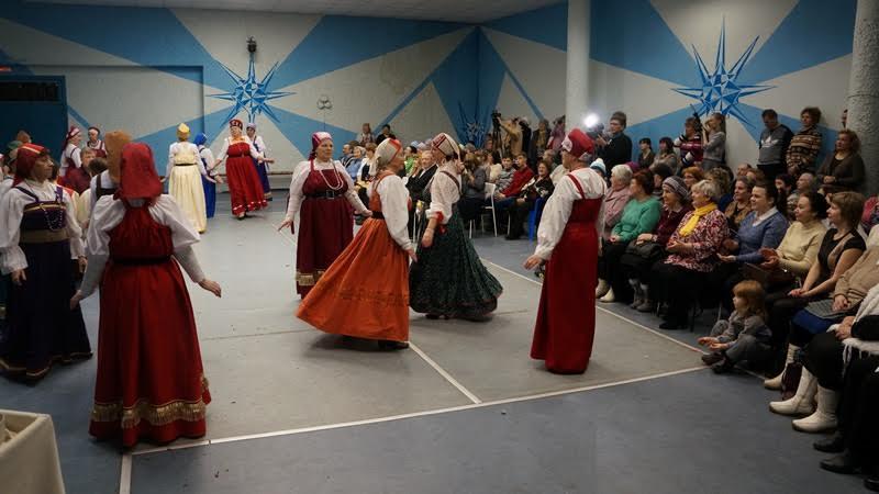 Танцуют «Поморяночки», а свадебный поезд возвращается из церкви