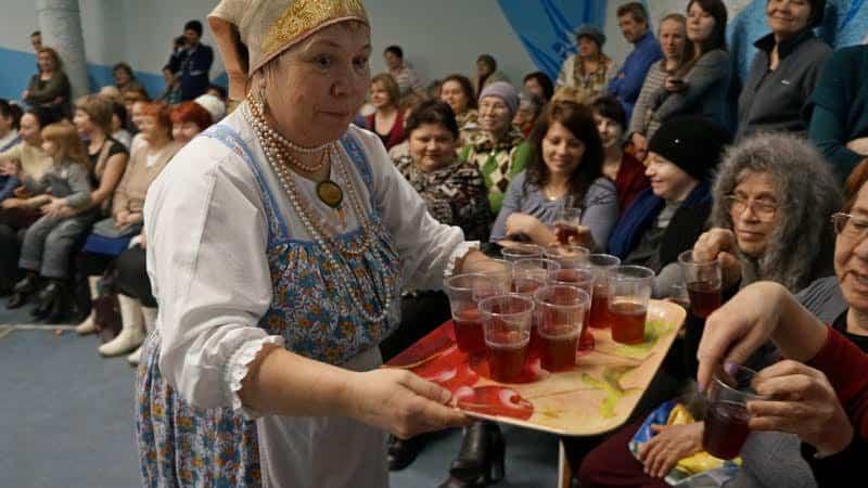 На поморской свадьбе с XV века пили сбитень. Его приготовила Роза Мелехова. Кажется, зрителям он пришелся по вкусу!