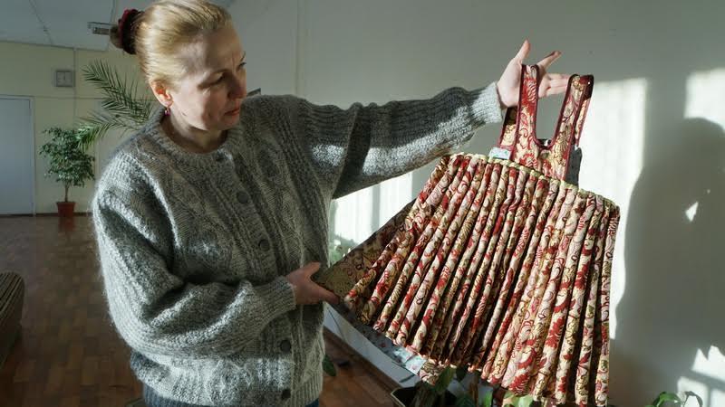 Альфина Ерохина демонстрирует душегрею. Благодаря ее исследовательской работе было доказано, что у поморской невесты был венец