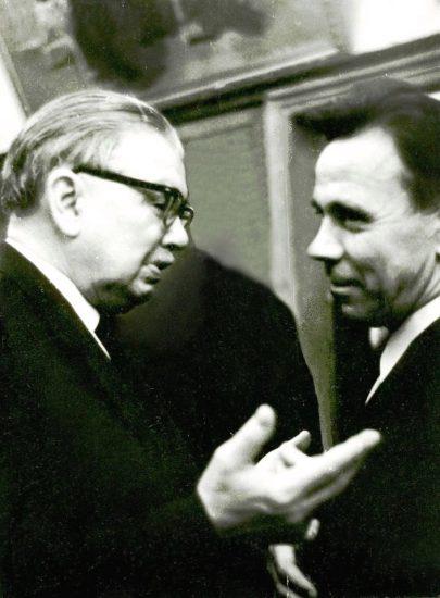 Владимир Крылов (справа) с писателем Леонидом Леоновым. Москва, 1971 год