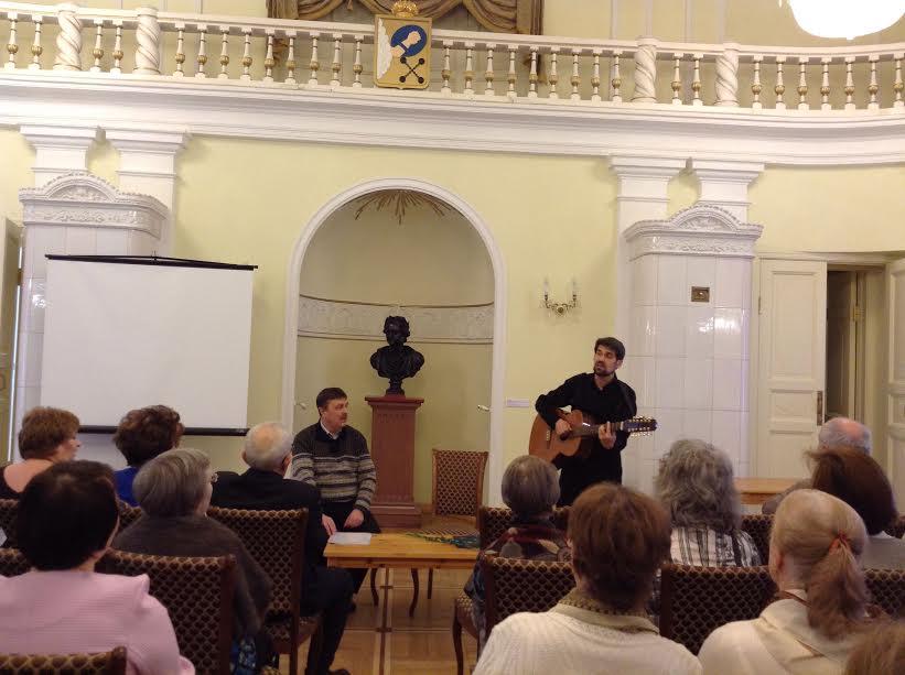 Федор Кузьмин (с гитарой) и ведущий вчера Олег Мошников
