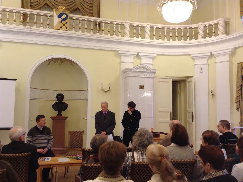Александр Валентик (в центре) прочел свои стихи, посвященные Федору Кузьмину