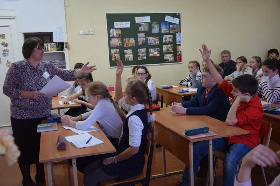 Ольга Коновалова и ее семиклассники. Фото Марии Голубевой