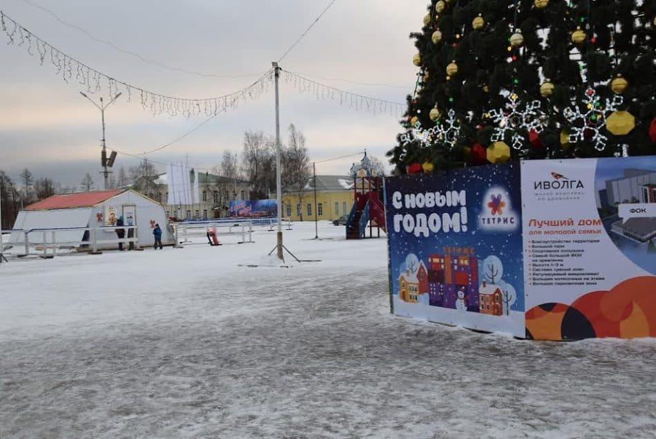 Резиденция Деда Мороза рядом с елкой в центре Петрозаводска