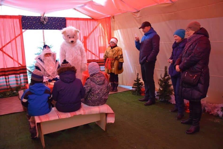 Школьники и дошколята вместе с родителями в резиденции Деда Мороза
