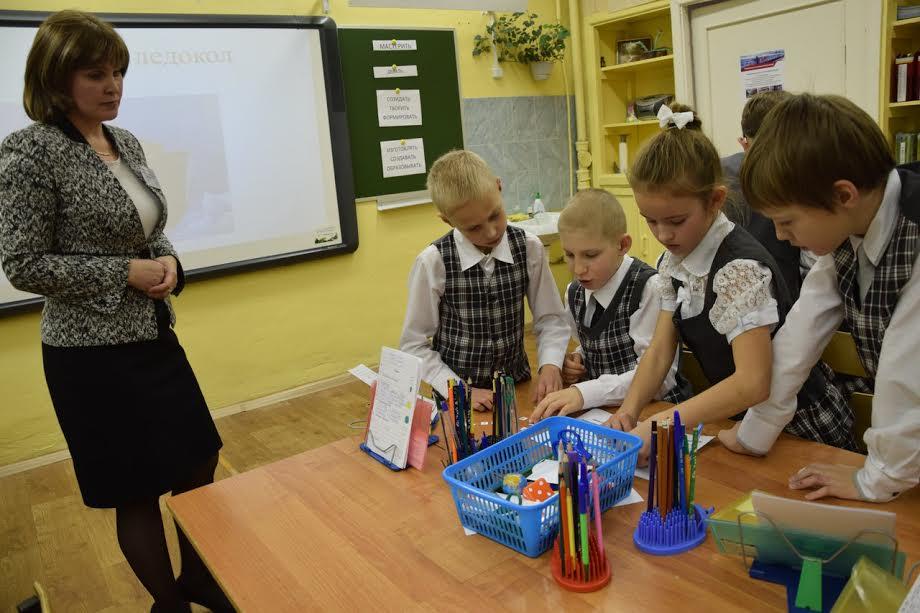 Ученики четвертого класса обсуждают сложные слова на уроке русского языка. Фото Марии Голубевой