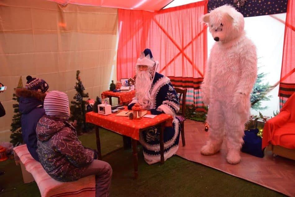 Более трех тысяч детей побывали в резиденции Деда Мороза в центре Петрозаводска. Фото Марии Голубевой