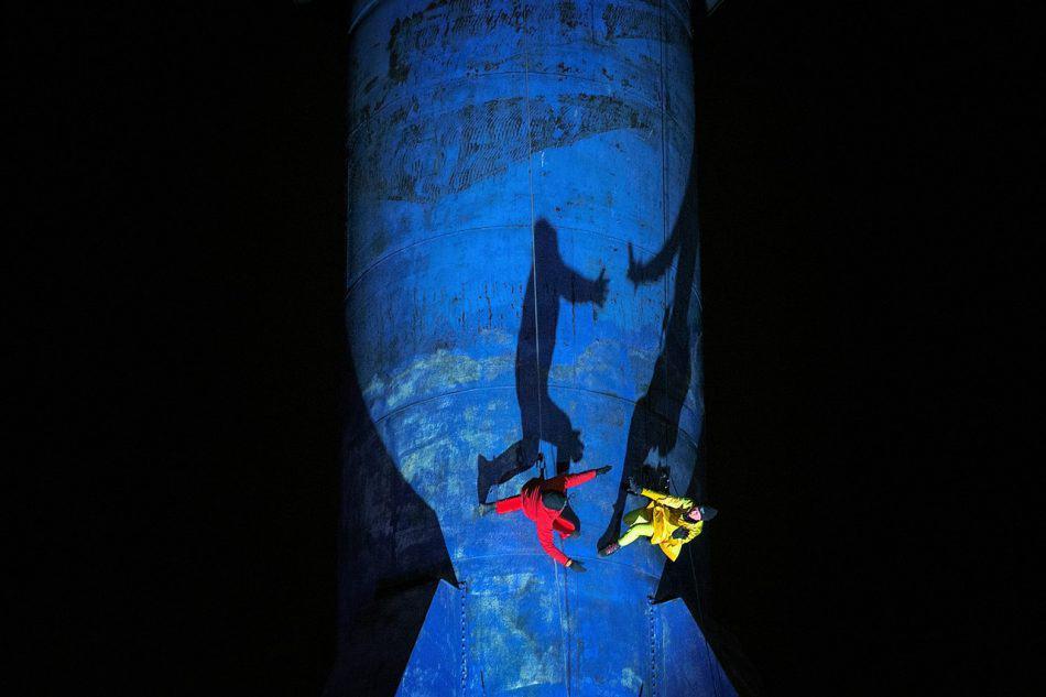 На фоне крана скалолазы-акробаты группы «Bandaloop». Фото  www.barentsspektakel.no